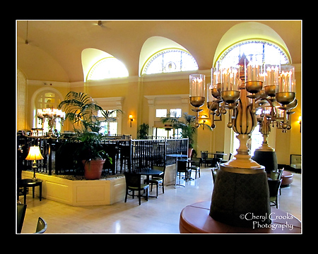 The Arlington Hotel's lobby has a center lounge where drinks can be ordered.