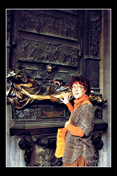 In keeping with local tradition, I rub the arm and leg of the monument of Everard t Serclaes in Brussel's Grand Place for good luck.